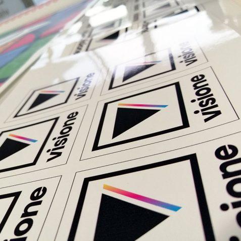 Primo piano di etichette adesive aziendali